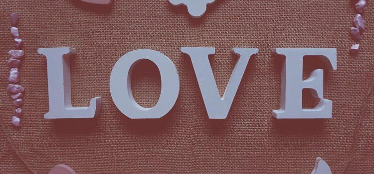 Dekoracje pełne uroku – ozdobne litery na ścianę