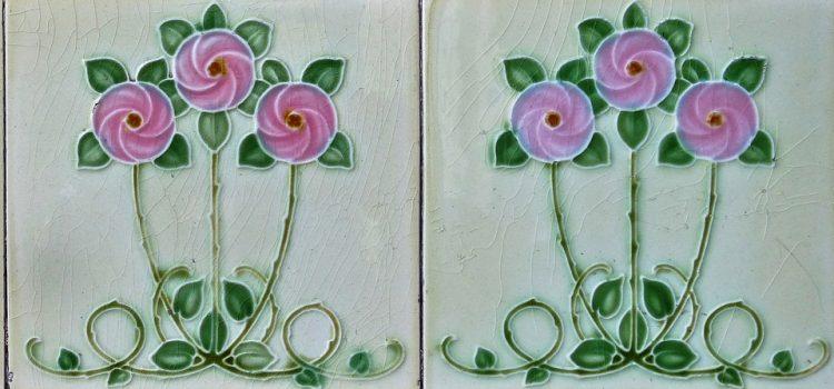 Ręczniki, ozdoby i płytki łazienkowe z motywem róży